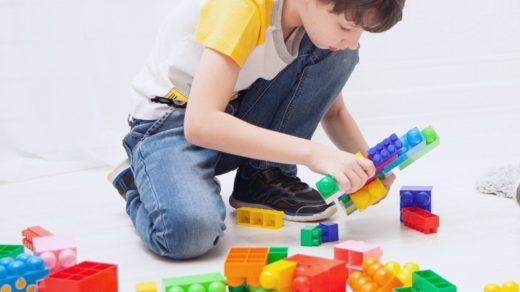 ребенок играет один