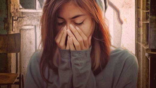 Девушка плачет из-за развода